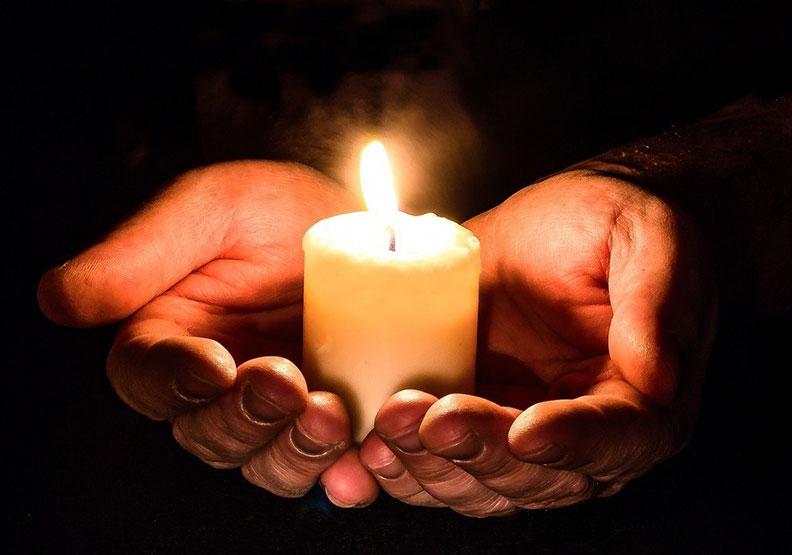 〈燈下〉:祖父照亮了他的人生,我們也能成為他人的燈?
