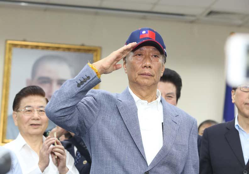 郭台銘宣布參加國民黨總統黨內初選!並向這三位行三鞠躬大禮