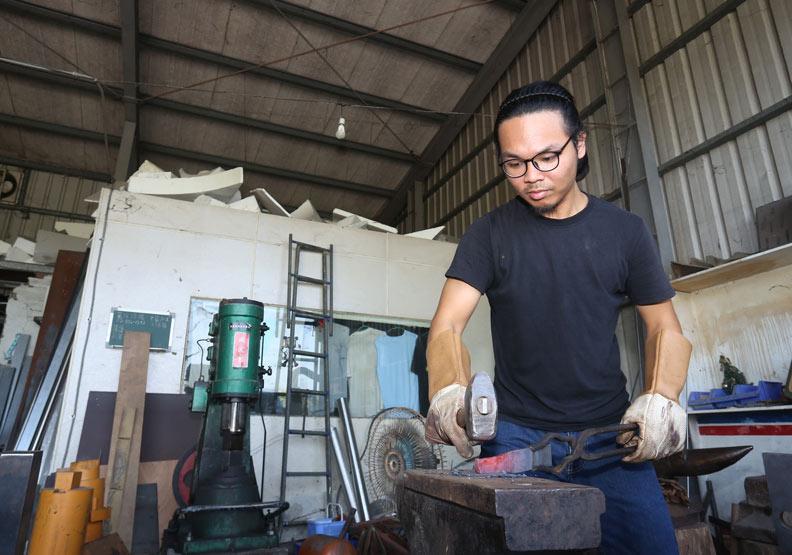 「屠龍刀」重現台灣?29歲打鐵職人磨刀霍霍13年