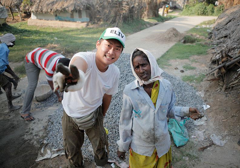 以立號召6000位自費志工 走遍亞洲20個偏鄉蓋房舍