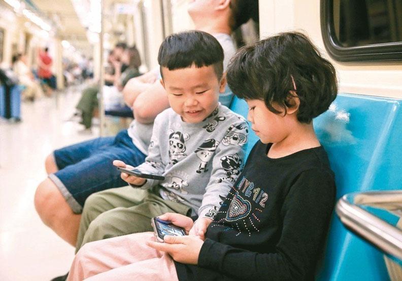 小孩交給手機顧...「滑」世代20年後50萬人恐失明