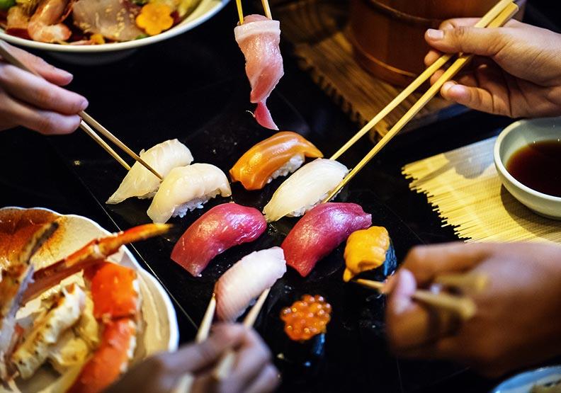 為什麼筷子不能敲碗?從語言與肢體解析用筷禁忌