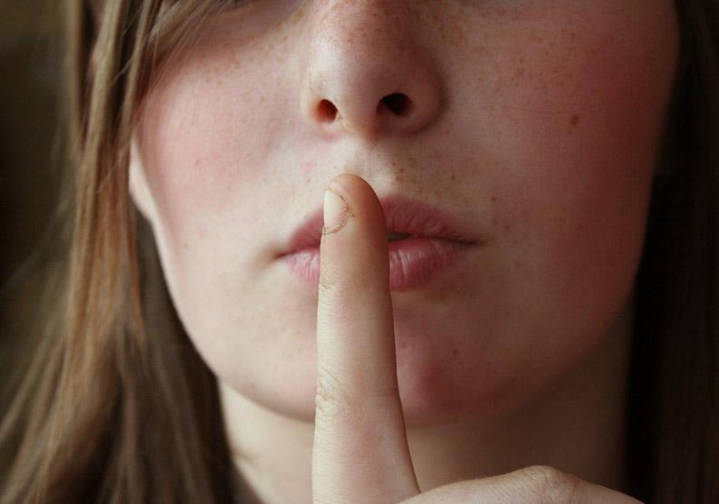 沉默不是示弱,是給自己留一條生路