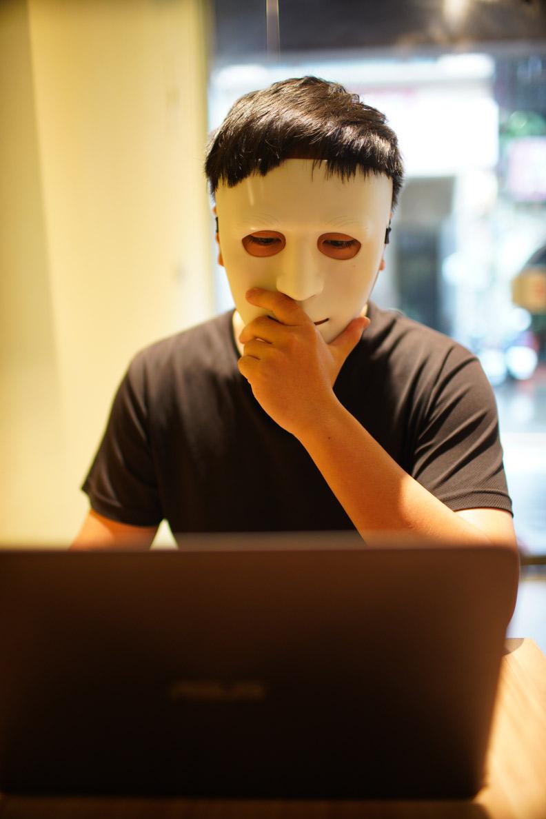 二師兄每次出現公眾場合都戴上一個面具。