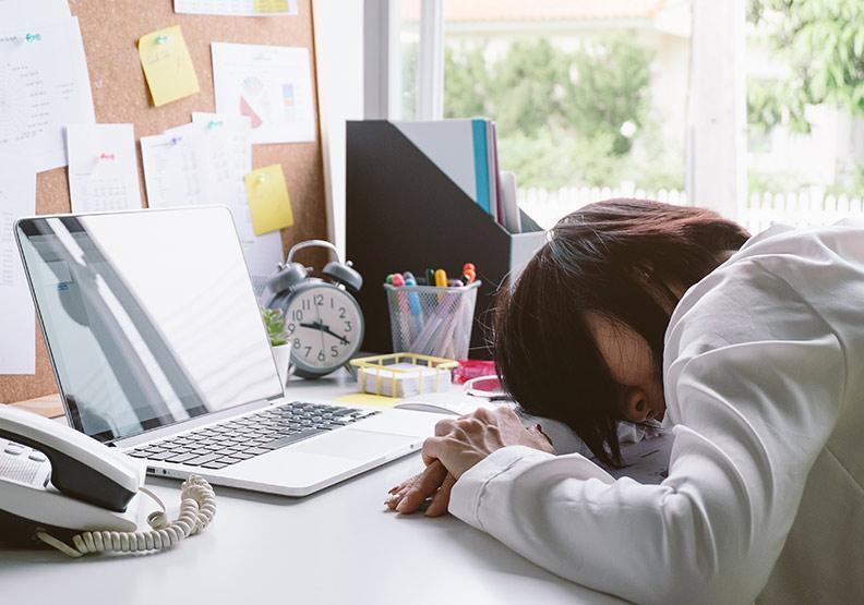 鬼壓床、無意識猝倒、異常想睡...「猝睡症」到底怎麼發生?