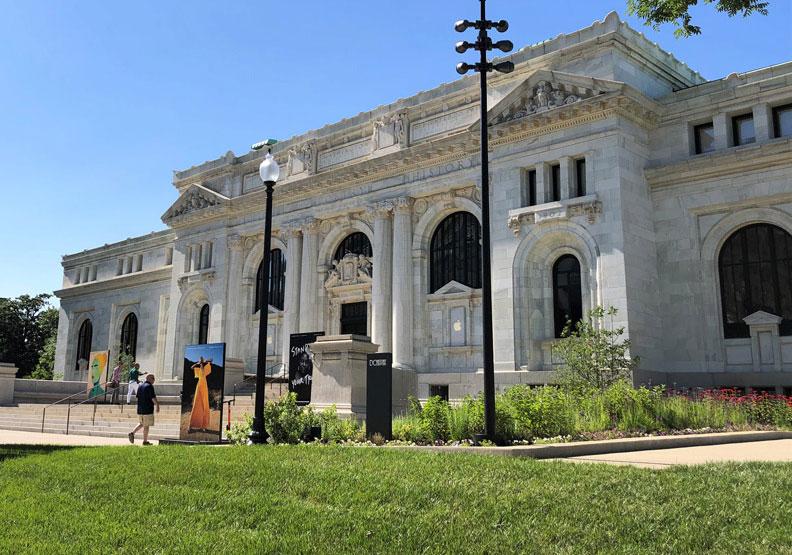 前身是圖書館!翻修歷史建築,眾所矚目的蘋果門市開幕了