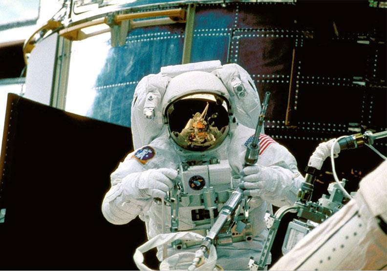 太空中生活趣事:飲料飄到頭上、理髮工具自帶吸塵器?