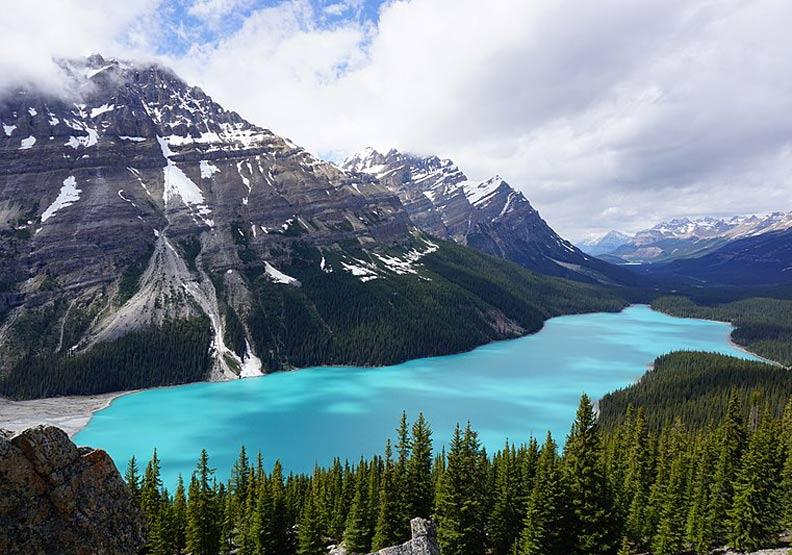 鮮明的藍綠色湖水!嘆為觀止大冰原:班夫國家公園