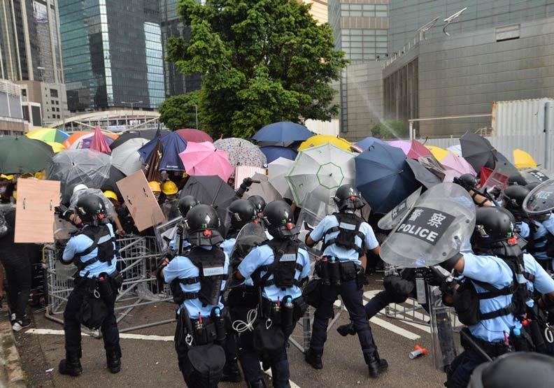 香港回歸紀念日再爆衝突!警用胡椒噴霧驅散示威者