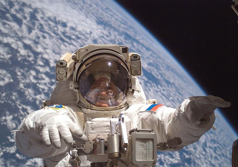 回艙時不小心吹爆了眼球血管…「太空漫步」全紀錄