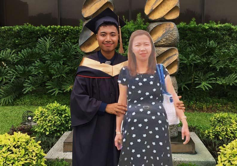 這張畢業生和母親的合照,惹哭許多人