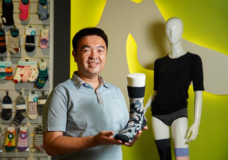 群竣苦幹拚勁打動日本客 設計「襪子食譜」升級除錯