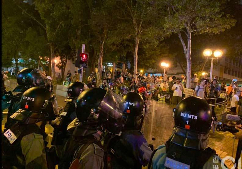 香港反送中衝突愈演愈烈 警察捷運站內放催淚彈
