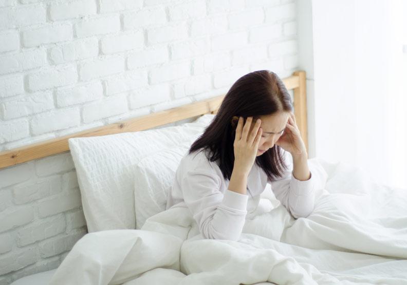 如果頭痛的表現多為頭重頭昏,覺得有一層東西籠罩在頭部,且不適感持續的時間可能會較為拉長,有可能就是屬於風濕頭痛的類型。僅為情境配圖,取自shutterstock。
