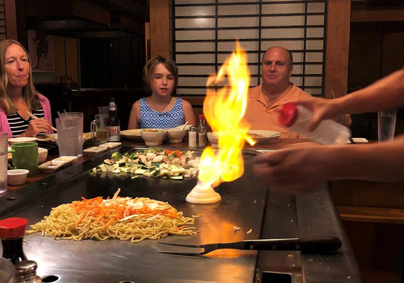 洋蔥火山?美國的日式鐵板燒:視覺與聽覺的饗宴