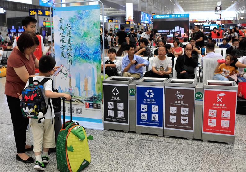 上海實施史上最嚴垃圾分類 代扔垃圾也能發大財