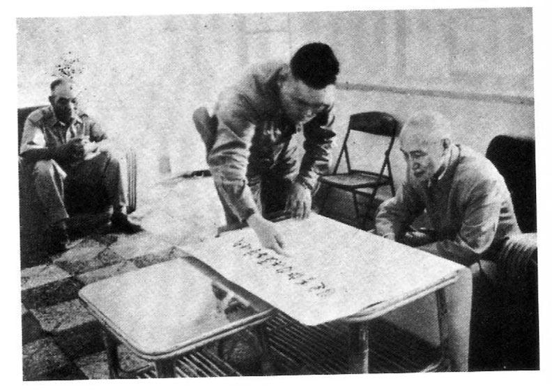 八二三砲戰61週年,郝柏村還原當年戰場上發生了什麼事?一九五八年八月二十日向蔣公面報小金門防務,左為司令官胡璉上將。