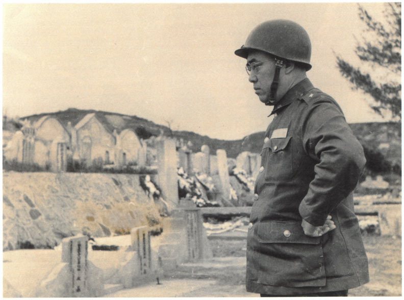 八二三砲戰61週年,郝柏村還原當年戰場上發生了什麼事?郝柏村在金門烈嶼軍人公墓前,悼念八二三炮戰殉難的官兵。