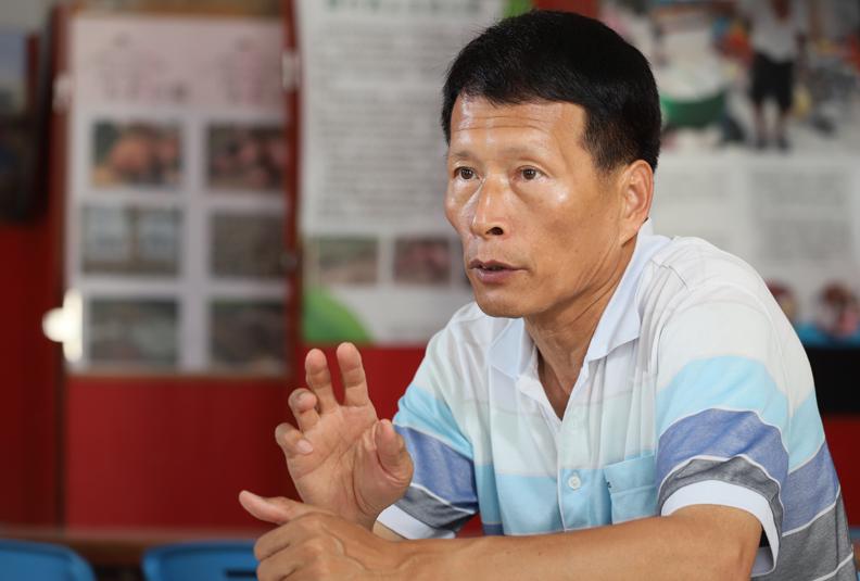 南寮社區發展協會前理事長陳有擇,與記者分享南寮社區特有的澎湖在地文化。
