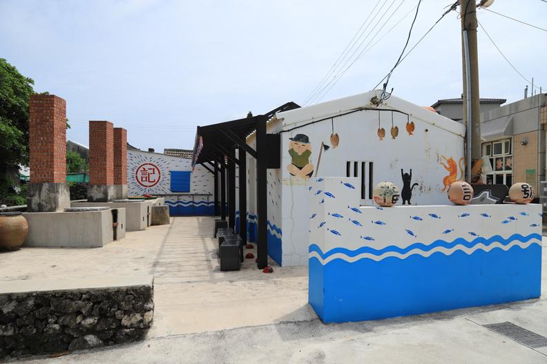 南寮社區內隨處可見逗趣活潑的社區繪畫,令人莞爾一笑。