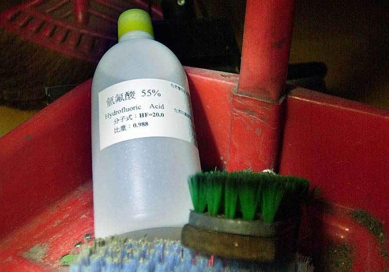 清潔時遭「化骨水」噴濺險喪命!別輕忽氫氟酸對身體帶來的傷害