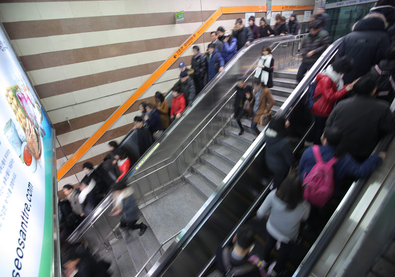韓國首爾的通勤人潮。