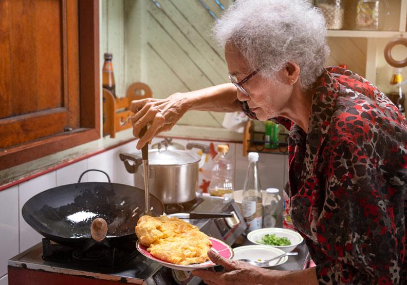 到底要讓爸媽開心吃還是限制飲食?良好溝通才能化解衝突