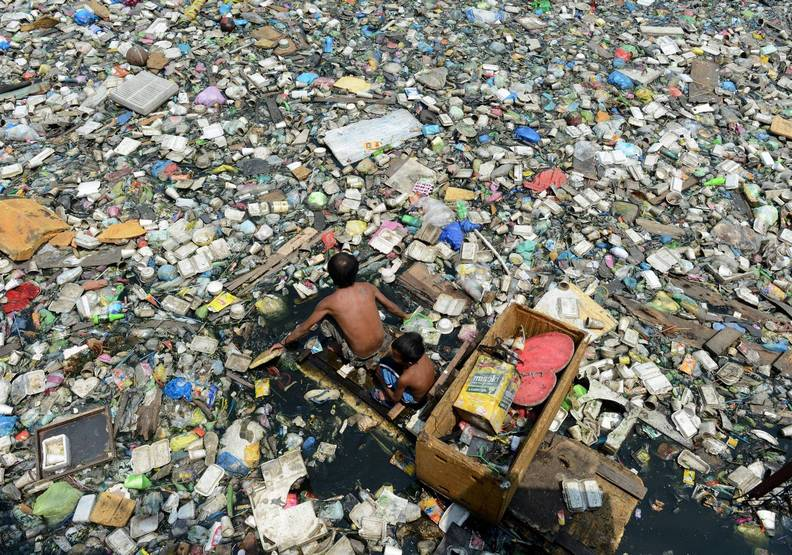 歡迎來到塑膠時代!未來歷史定義下的荒謬悲歌