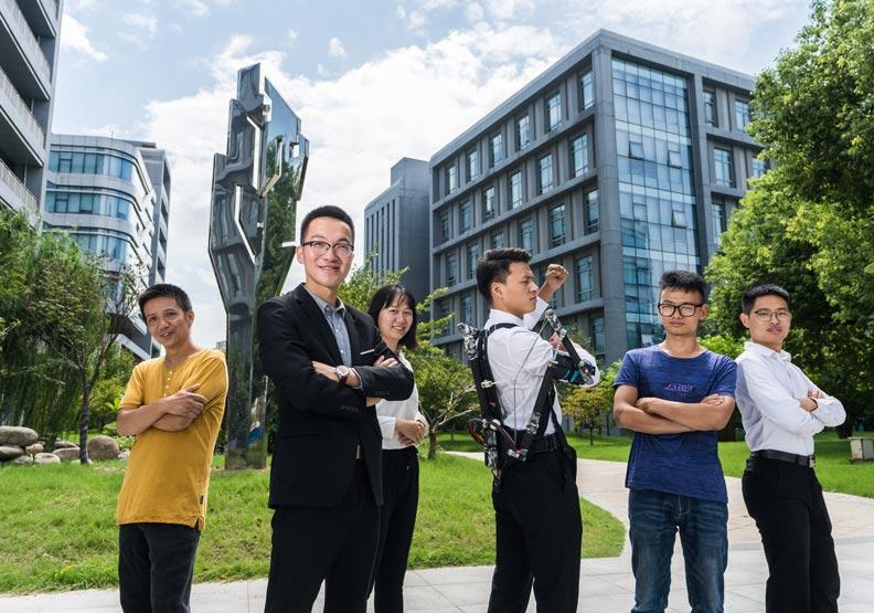 來自南京的學生創業家,要幫農民和工人披上鋼鐵裝