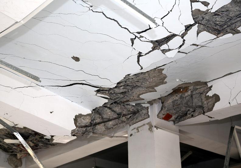 地震當下只知道往外衝?學會在不同場合應變讓自己平安生還