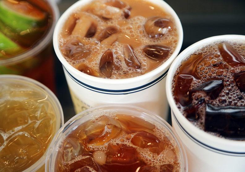 含糖飲料很邪惡、代糖零卡更邪惡,都會增加早死風險