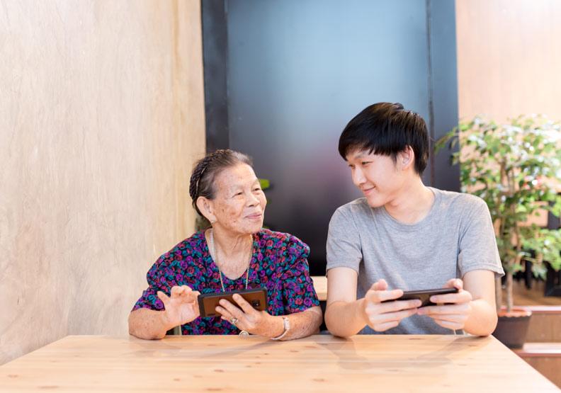 照顧者無法和失智家人溝通好挫折...把握與失智者互動的關鍵