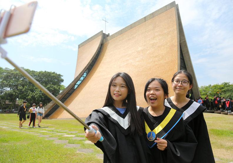 東海大學畢業生在路思義教堂前自拍。張智傑攝。