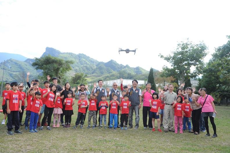 縣長全力推動無人機產業,帶領小學師生體驗空拍客庄之美。
