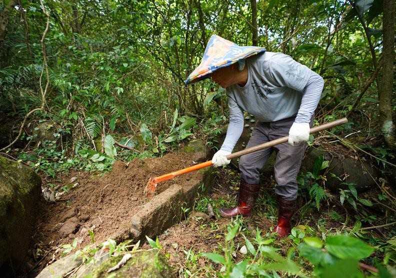 以自然素材製作步道,過程雖費工,但能讓環境永續共生。