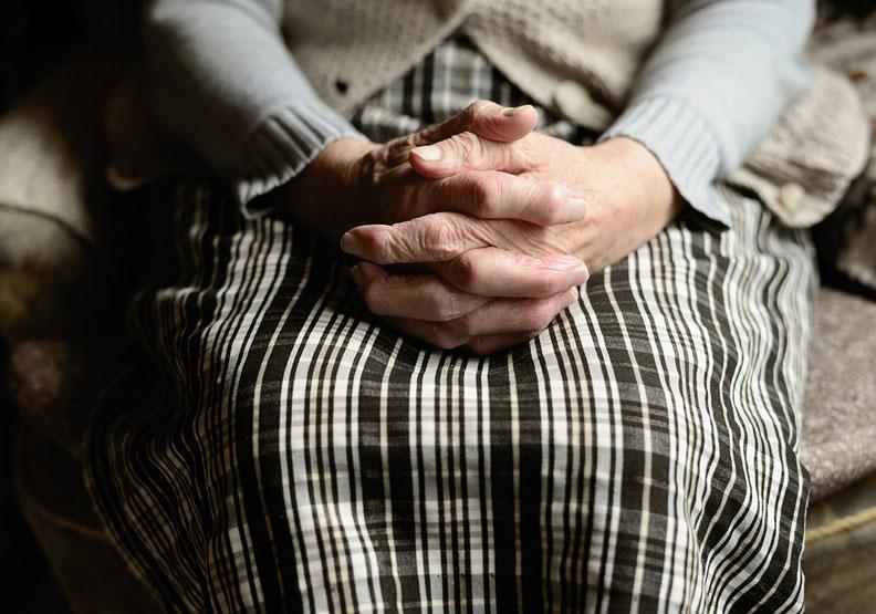 喪禮上的一雙襪子:「不要再等永遠不會來的兒子」
