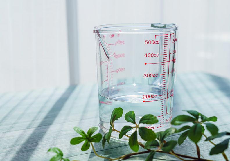 透析腎友不能喝太多水,那該怎麼喝?又該如何防止便祕?