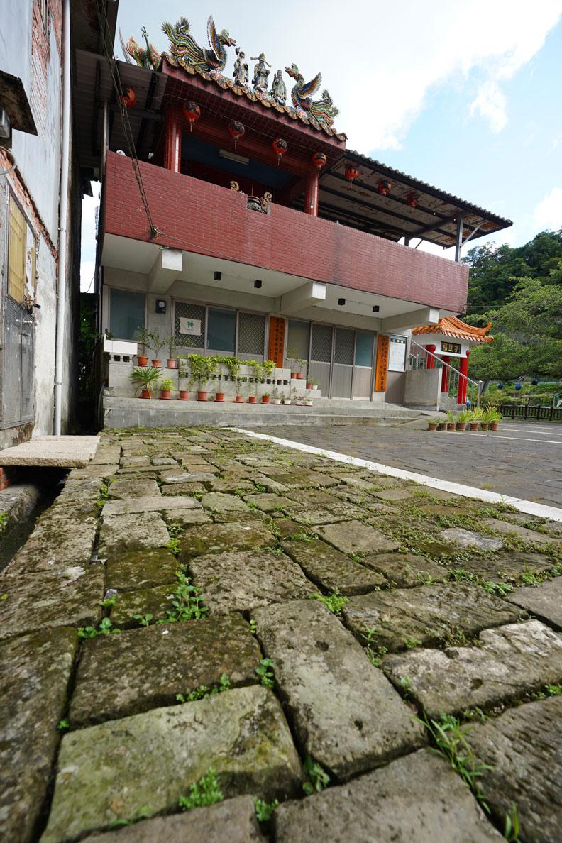 土地公廟前的石板,正是淡蘭古道的鋪地。