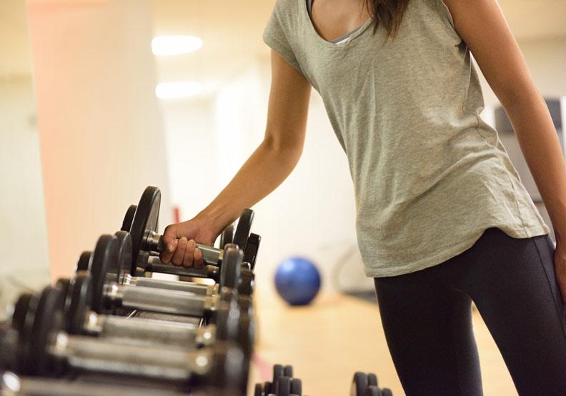 增肌必須的重量訓練(阻力訓練)對減脂也很重要。取自shutterstock