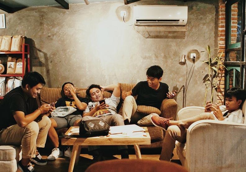 一群人坐在一起,每個人都低頭忙著滑手機、互相沒有交集。取自pixabay