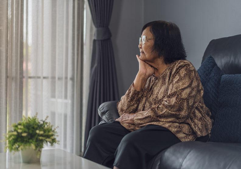 只顧孫、長期缺乏家人關懷,七旬嬤罹患「銀髮族孤獨症候群」