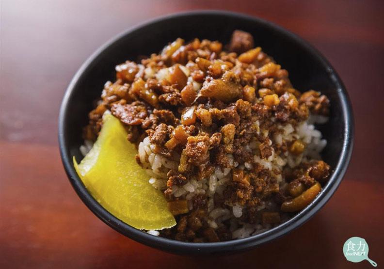 經典小吃解密!滷肉飯上的蘿蔔加了什麼才會這麼黃?