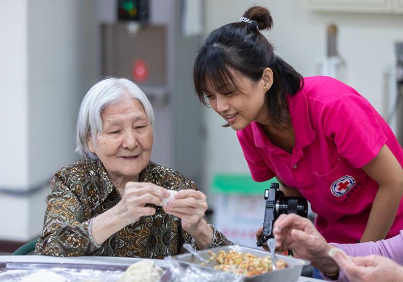 福喜緣日照中心、龍岡社區照顧關懷據點使老人有依託、樂在學習
