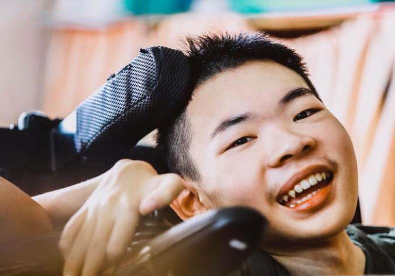 「我不知道我還能活多久!」19歲肌萎男孩奮鬥故事令人淚崩