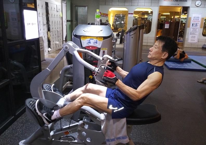 熟齡更要練肌力!他70歲才開始,水分攝取、運動清單都講究