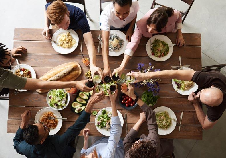 全家人一起吃飯,是很值得的投資。圖片來源:pexels