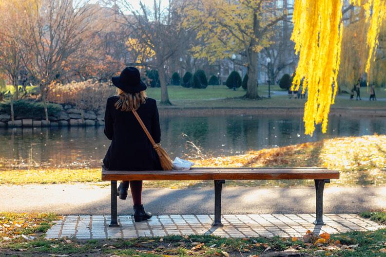 公園長椅。pexels