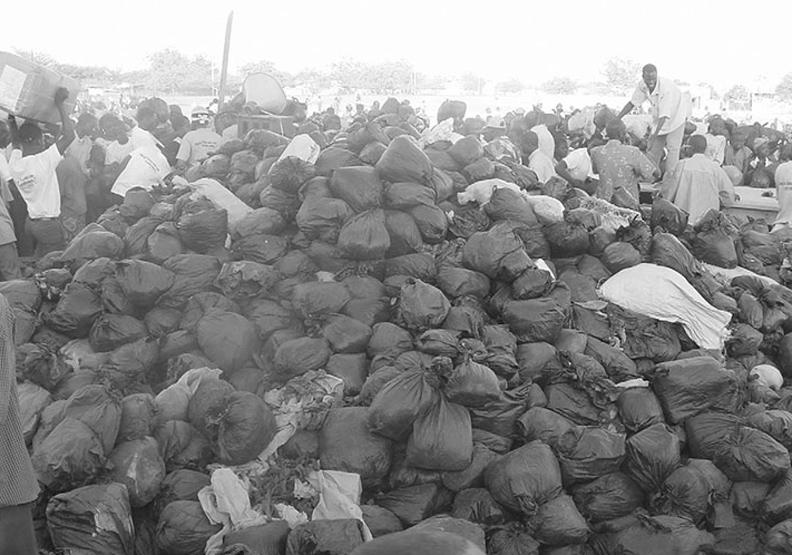 去非洲撿垃圾換舊衣的醫師「連加恩」:一手發禮物,一手收垃圾