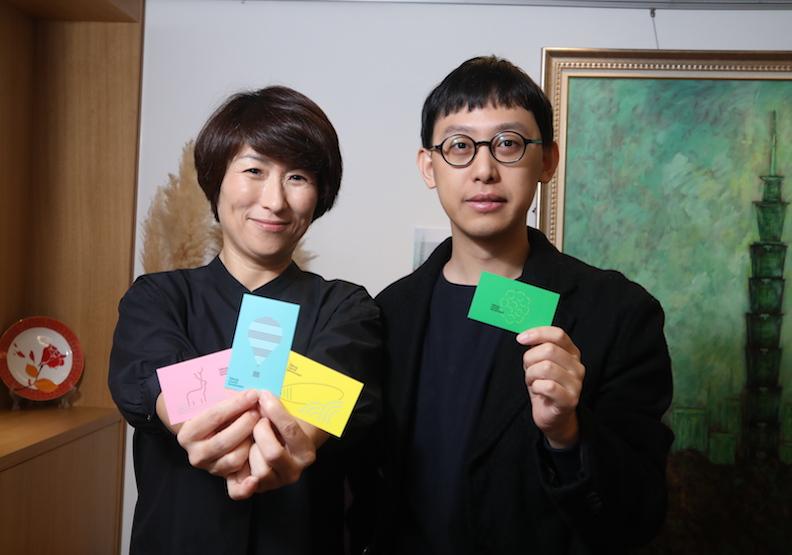 台東縣長饒慶鈴(左)和26歲的名片設計師張溥輝。
