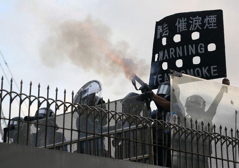香港抗爭,撕裂整個社會,連帶經濟都大受影響。